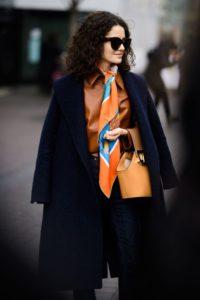 Grosser Kontrast: schwarzer Mantel mit orangem Schal (Bildquelle 6)