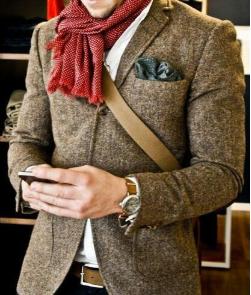 Roter kurzer Schal