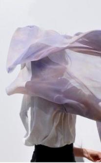 Tanzende Frau mit Chiffontuch